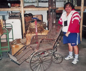 Djohn Sørensen med fru Fernando Møhges kørestol.